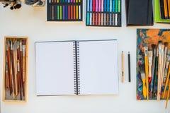 Målarearbetsplats i beställningssidosikt Märkes- skrivbord med teckningsutrustning Hem- studio för konstnär royaltyfria foton