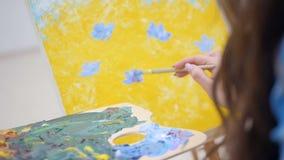Målarehänder som blandar förkylning, färgar på paletten stock video
