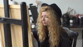 Målaren arbetar i studio stock video
