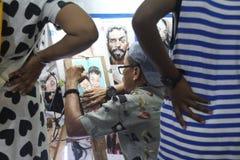 Målaren drar folk med folk omkring för att hålla ögonen på Arkivbilder