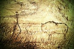 Målarfärg av mänsklig jakt på sandstenväggen, kopia av den förhistoriska bilden Svart konst för kolabstrakt begreppbarn i grotta fotografering för bildbyråer