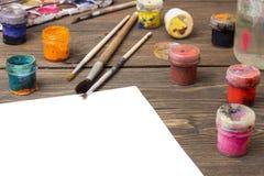 Målarfärg borstar, palett Arkivbild