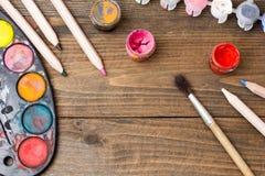 Målarfärg borstar, palett Arkivfoto
