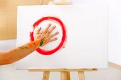 Målarfärg för fingermålning med gömma i handflatan Arkivfoto