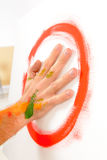 Målarfärg för fingermålning med gömma i handflatan Royaltyfri Fotografi