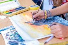 Målarfärg för händer för barn` s på papper Arkivbilder