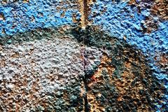 Målarfärg grafitti, blå mörk svart för grå färger färgar på gamla antika Venetian väggar arkivbild