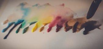 Målarfärg tappar färgpaletten Arkivbild