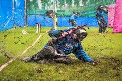 Målarfärgbasebollspelarekörning som ska bevattnas från start Royaltyfria Foton