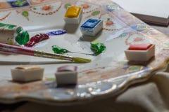 målarfärgborstar, målarfärg och papper royaltyfri fotografi