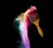 målarfärgborstar med abstrakt pulver färgar explosion som isoleras på b Royaltyfri Bild