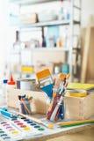 Målarfärgborstar och tillverkatillförsel arkivbilder