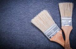 Målarfärgborstar på svart bakgrundskonstruktion Royaltyfri Foto