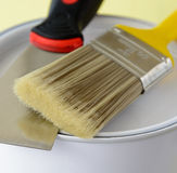 Målarfärgborste med nära övre för för målarfärghink och spackel Arkivbild