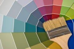 Målarfärgborste på färgprövkopia Arkivfoton