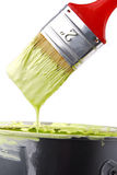 Målarfärgborsten och kan med målarfärg Royaltyfri Fotografi