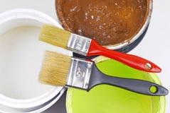 Målarfärgcans och målarpensel Fotografering för Bildbyråer