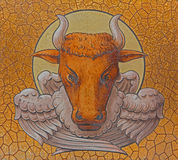 Målarfärgen av tjuren som symbol av St Luke evangelisten i kyrka för st Stephens Fotografering för Bildbyråer