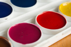 Målarfärger för vattenfärg av röd och karmosinröd färg Royaltyfri Bild