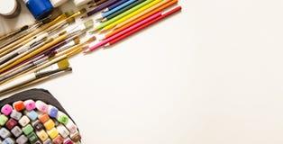Målarfärger och borstar, blyertspenna och markör royaltyfri foto