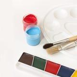 Målarfärger, palett och borstar Royaltyfri Foto