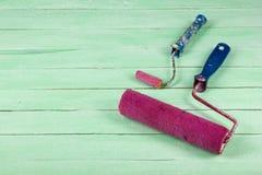 Målarfärgrullen, yrkesmässiga reparera verktyg för dekorera och byggande renovering ställde in på träbakgrunden royaltyfri bild
