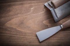 Målarfärgskrapa och surfacer med trähandtag Royaltyfri Foto