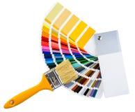 Målarpensel och färgrika målarfärgprövkopior som isoleras på den vita backgrouen royaltyfri foto