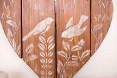 Målat bräde med krita härliga vita fåglar på träd royaltyfri fotografi