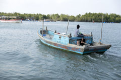 Målat fartyg på floden Arkivbild