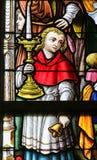 Målat glass - altarepojke och kandelaber Royaltyfri Bild