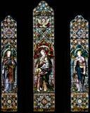 Målat glass B i kyrka av det heliga korset Arkivfoto