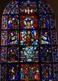 Målat glass den blåa oskulden på den Chartres domkyrkan Arkivfoton
