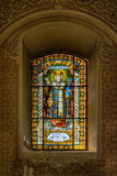 Målat glass i serbisk ortodox kyrka av den heliga uppstigningen av Herren i den Subotica staden, Serbien Royaltyfri Bild