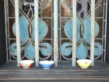 Målat glass inom av blå herrgård i Georgetown, Malaysia royaltyfria foton
