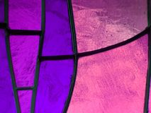 målat glass med färger lilor och rosa färger, texturerad bakgrund Royaltyfri Bild
