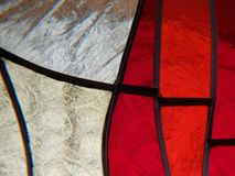 målat glass med färger vit och röd texturerad bakgrund Fotografering för Bildbyråer