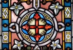 Målat glass nära övre C i kyrka av det heliga korset Arkivfoton
