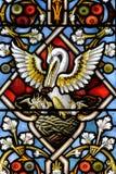 Målat glass nära övre E i kyrka av det heliga korset Arkivfoto