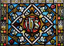 Målat glass nära övre F i kyrka av det heliga korset Arkivfoto