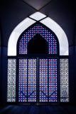 Målat glassdörr med den unik modellen och färg i moskén royaltyfri bild