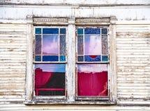 Målat glassfönster av det gamla huset royaltyfria foton