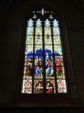 målat glassfönster av en kyrka i Munich arkivfoto