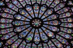 Målat glassfönster av Notre Dame Cathedral i Paris Arkivfoto