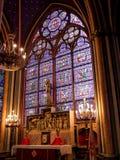 Målat glassfönster av Notre Dame de Paris arkivfoton