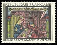 Målat glassfönster av St Madeleine Church på Troyes arkivfoto