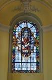 Målat glassfönster i college- kyrka av St Denis av Liege Royaltyfri Foto