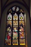 Målat glassfönster i den helgonElisabet kyrkan Arkivbilder