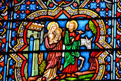 Målat glassfönster i den Notre Dame domkyrkan av Paris, Arkivfoton