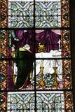 Målat glassfönster i den Salisbury domkyrkan arkivfoton